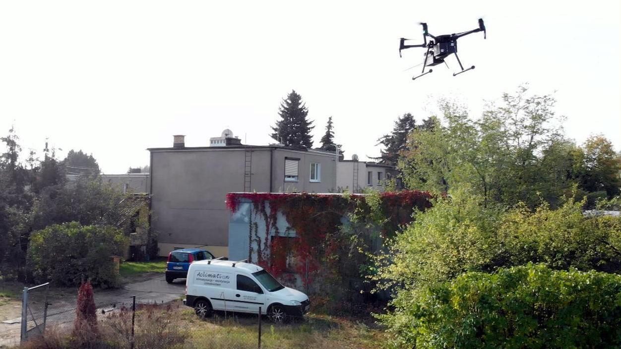 Dron lata nad Poznaniem sprawdzając jakość powietrza w mieście