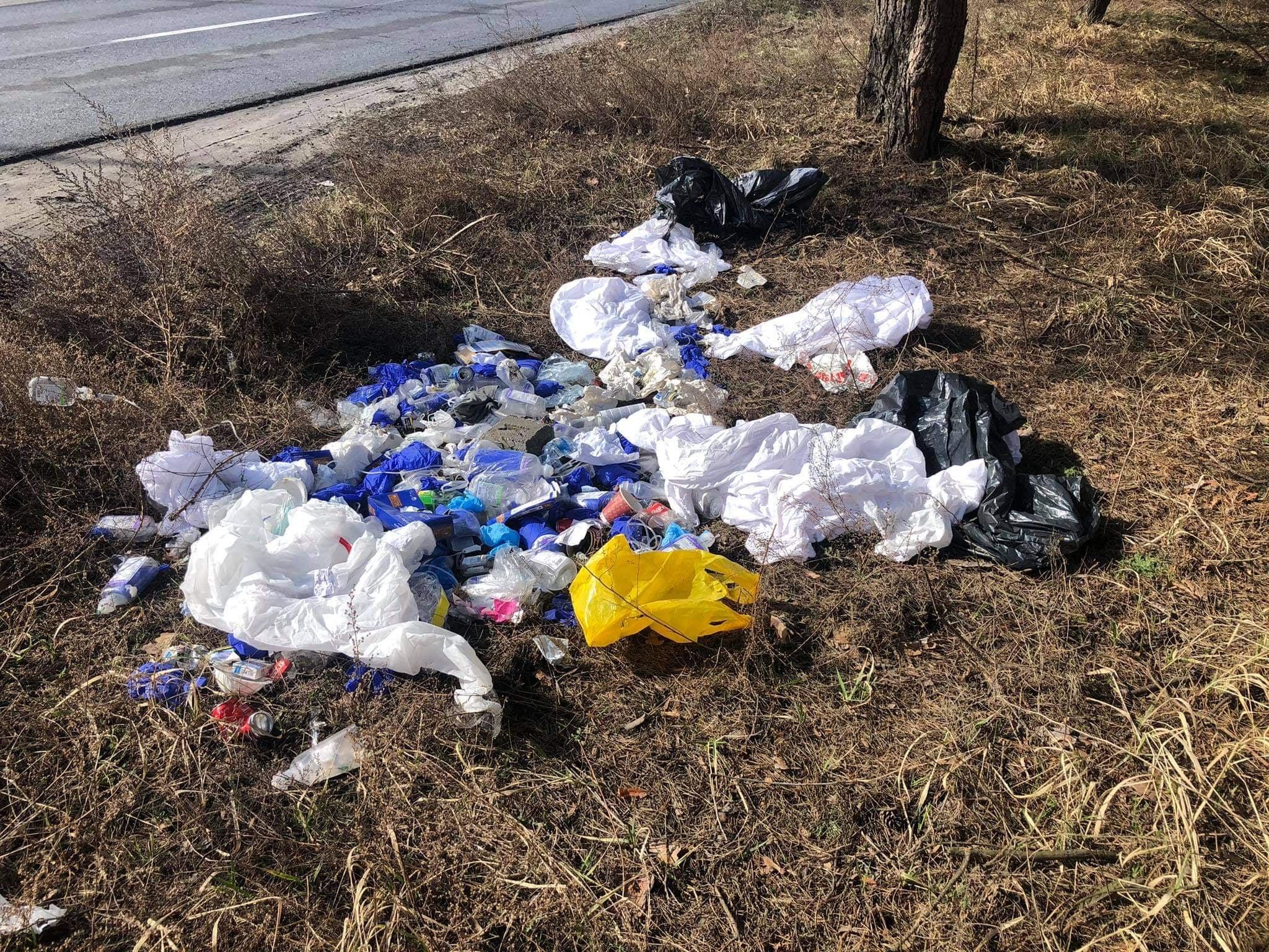 Odpady medyczne wyrzucone w lesie