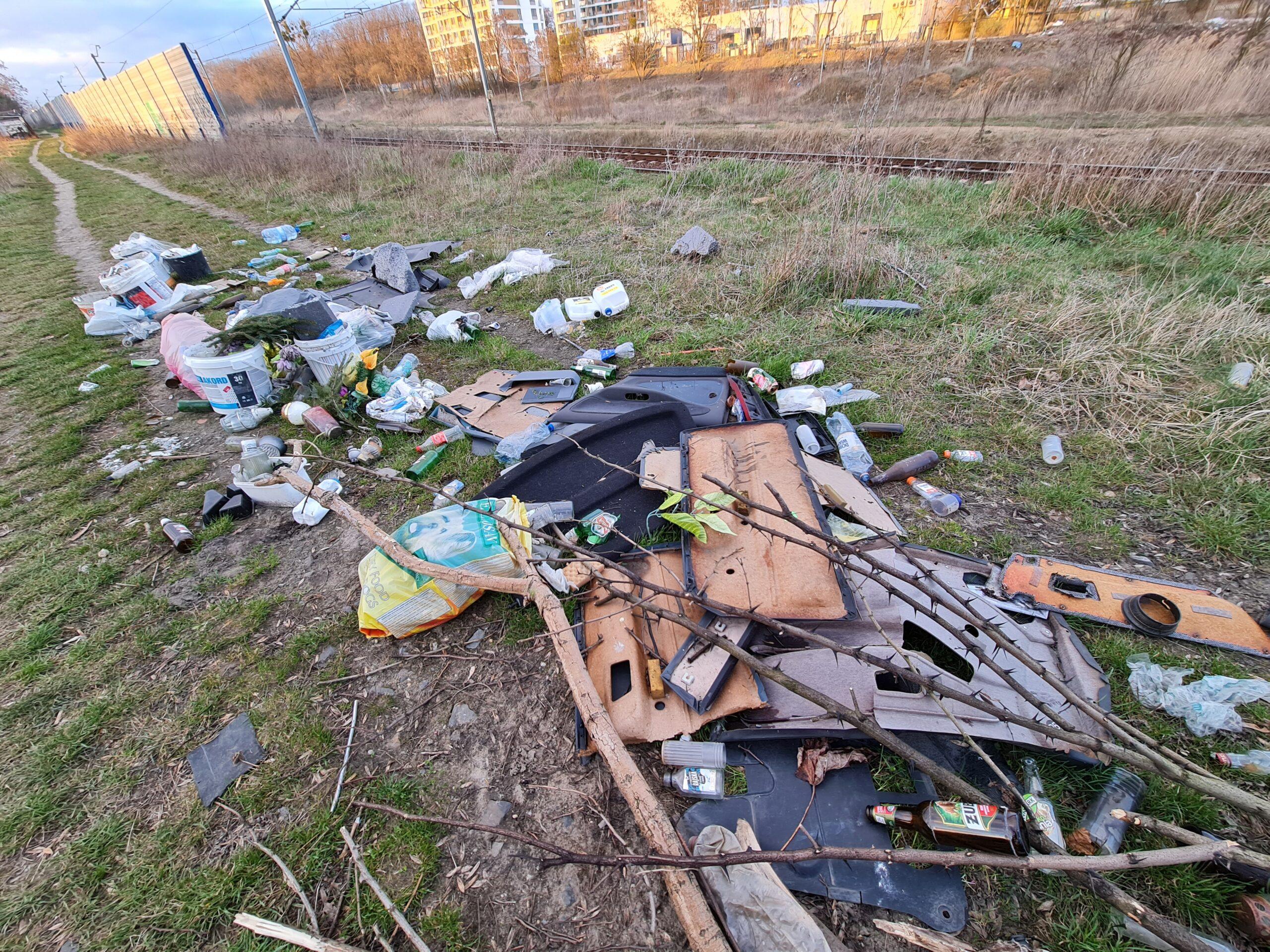 Ktoś wyrzucił odpady budowlano-remontowe na skraju cmentarza na Dębcu