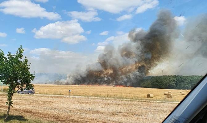 Pożar niedaleko Kórnika, dym widoczny jest z daleka