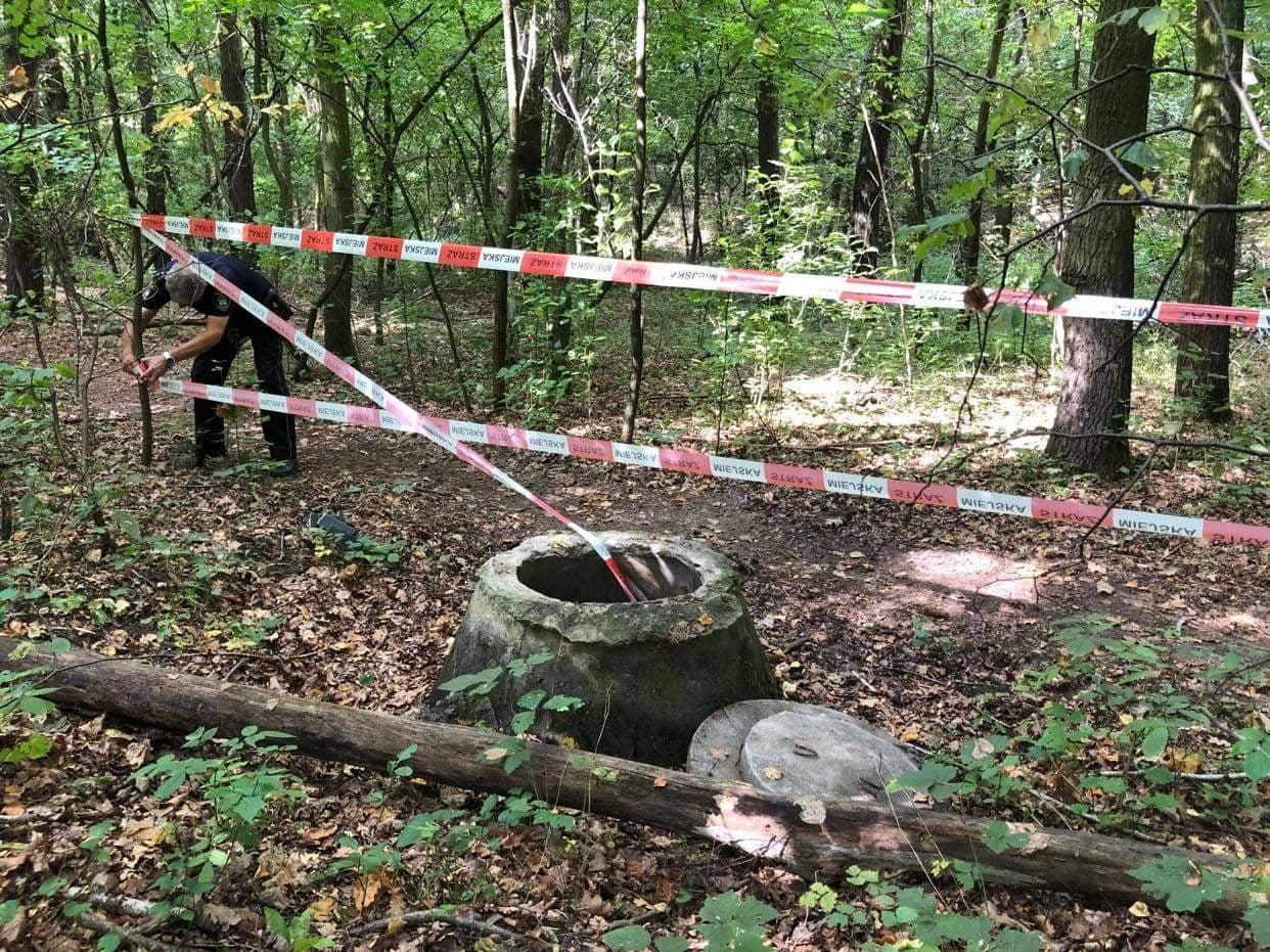Otwarta studnia w lesie zagrażała pieszym i zwierzętom