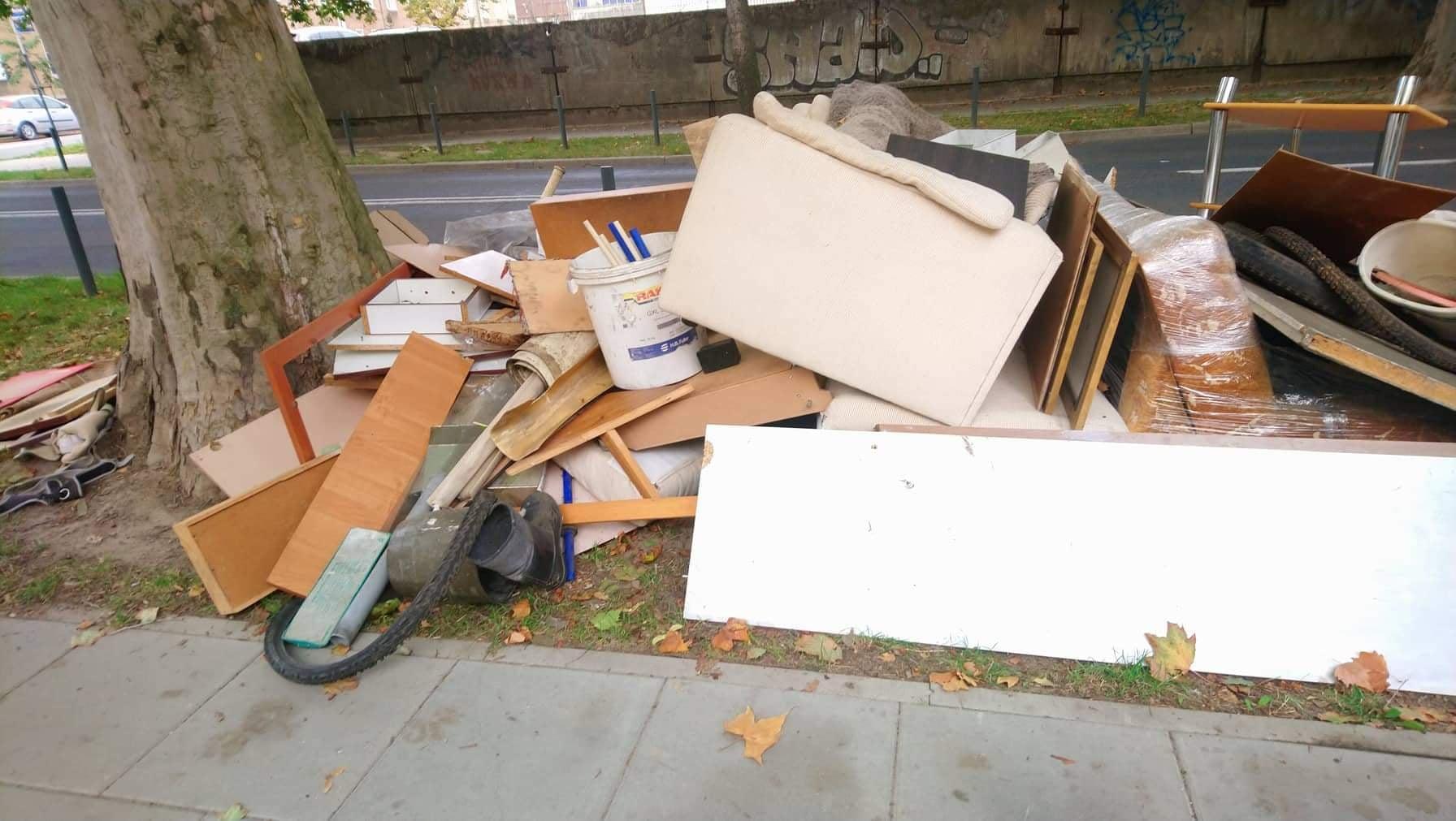 Ulica to nie składowisko odpadów. Mieszkańcy Wildy ukarani za odpady wielkogabarytowe